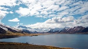 Montagne, ciel, nuages, lac, eau, roches, neige, hiver, côte