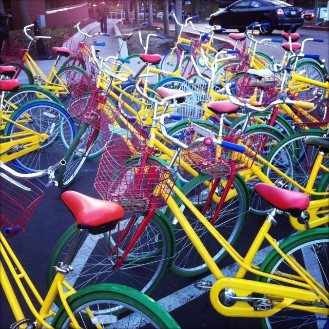 cyklar, korg, gatan, färgrikt, transporter, parkering