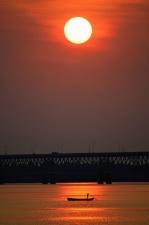 Západ slunce, most, řeka, člun, muž