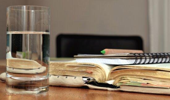 Glas, Wasser, Notizen, Tisch, Bücher, Bleistift, Lernen, Studieren