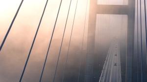 Puente, niebla, niebla