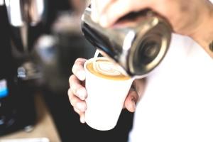 Taza de café, crema, restaurante