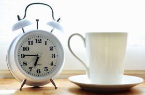 Taza, taza de café, despertador, reloj, minuto, mecanismo
