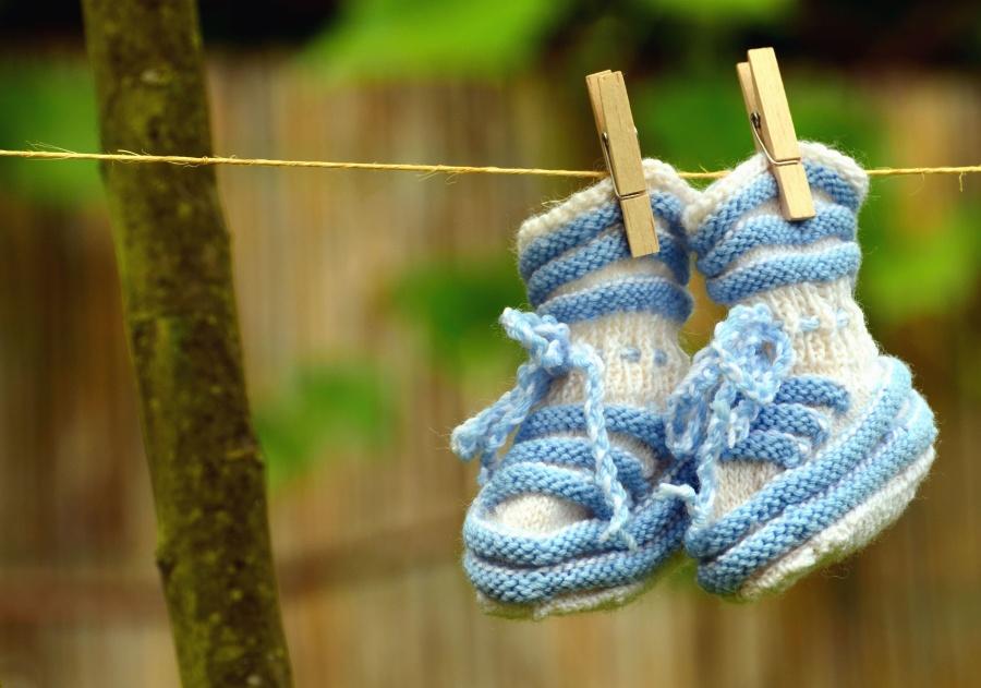 chlapec, kolíčky, lana, ponožky, pletené baby