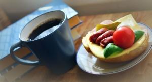 хляб, Закуска, храна, домат, чаша кафе, колбаси, сирене, книга