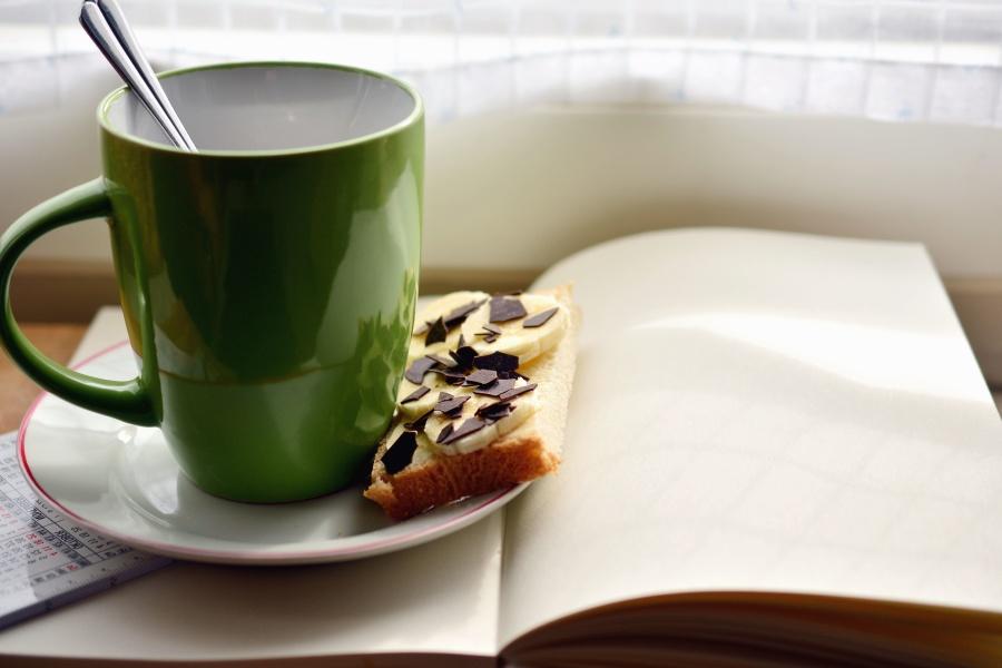 Кубок, блюдце, хліб, харчування, сир, книги, сніданок