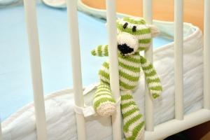 barnsäng, staket, trä, nallebjörn, madrass