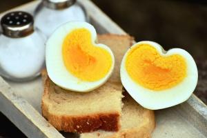 salt, saltshaker, bread, toast, eggs, food, breakfast