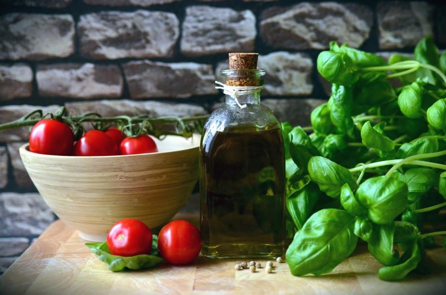 oil, glass, bottle, tomato, salad, spinach, kitchen