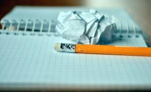 Crayon, graphite, gomme, papier, note