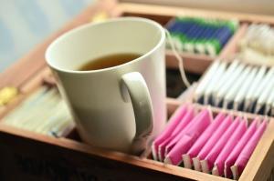 Thé, tasse, céramique, sac filtrant, boîte
