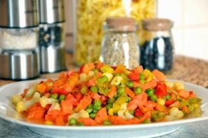 Erbsen, Karotten, Mais, Gemüse, Salat, Teller, Essen