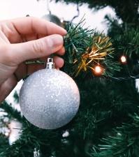 Navidad, decoración, pelota, mano