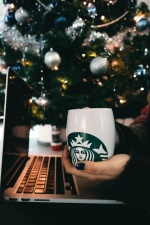 Ordinateur portable, tasse à café, mains