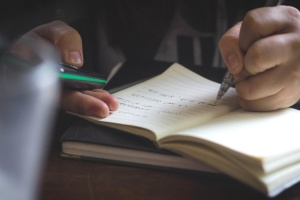 Main, idée, livre, texte, crayon