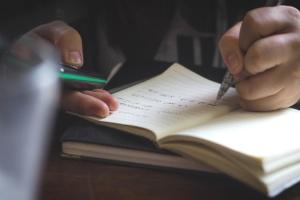 Mano, idea, libro, testo, matita