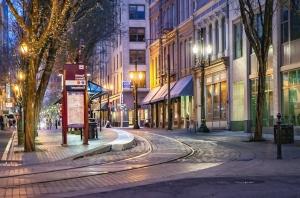 Rails, trolley car, rue, arbre, ville, lumière, nuit