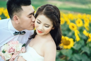 Mariée, homme, femme, bouquet, roses, tournesol, amour, baiser, romance