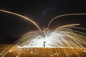 Chispas, líneas, luz, hombre, metal, noche, estrellas
