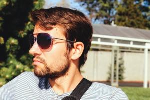 mann, solbriller, hus, tre, gress