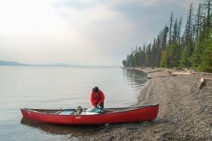 Hengelsport boot, rivier, man, mist, bos, kust, steen, koud