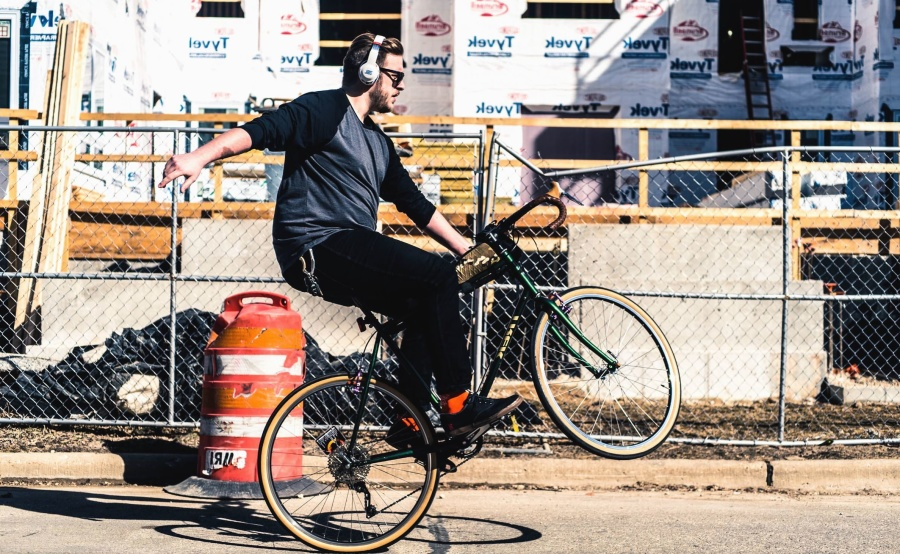 xe đạp, xe, người đàn ông, người, người dân, tai nghe, hàng rào