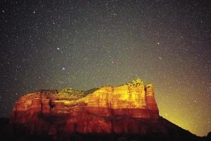 Montaña, rocas, acantilado, noche, estrellas, cielo