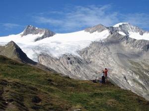 Homme, femme, neige, montagne, herbe, ciel, sac à dos