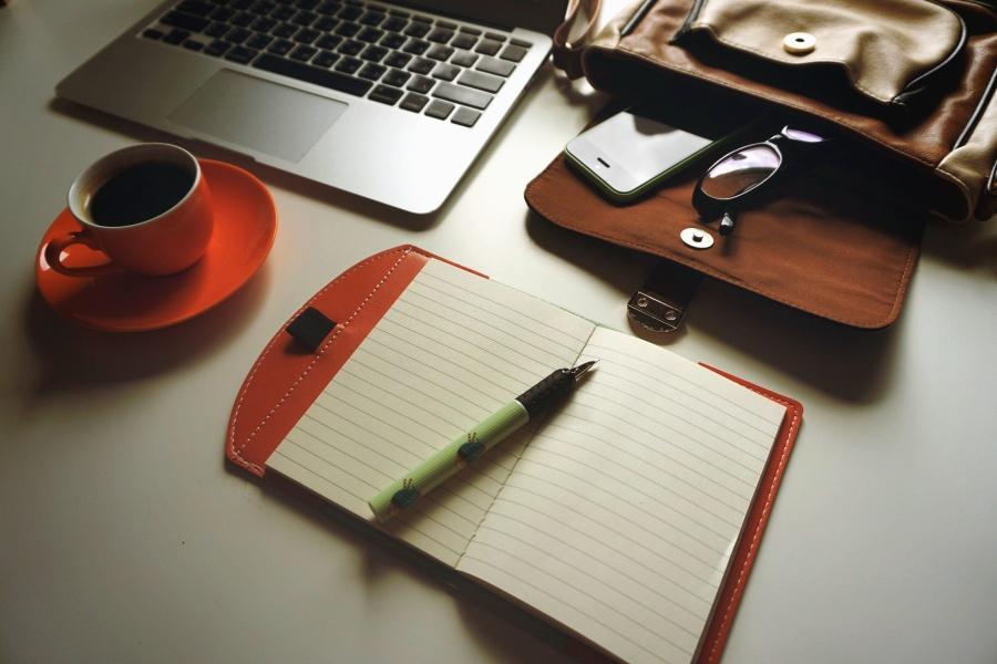 кофе, ноутбук, карандаш, заметки, очки, мобильный телефон, работа