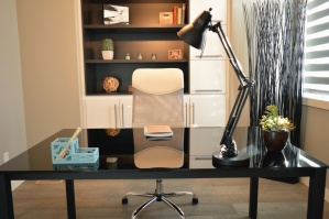 kancelář, lampa, stůl, skříň, květináče, rostlina, kniha, křeslo