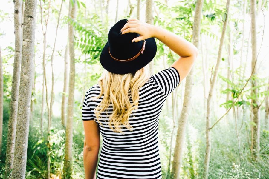 예쁜 여자, 모자, 금발, 숲, 나무, 잎, 셔츠