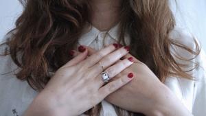 Mano, dito, anello, ragazza, capelli, camicia, chiodo