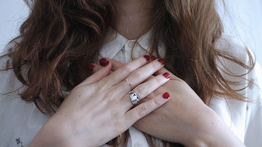 ruky, prst, prsteň, dievča, vlasy, košele, nechty