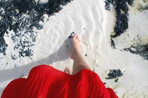 šaty červené, nohy, dievča, piesok, more, textúra