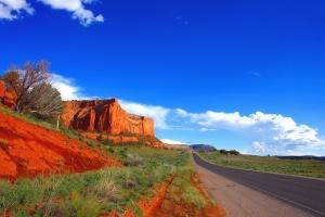 Road, cliff, hory, tráva, rastlín, neba, krajina