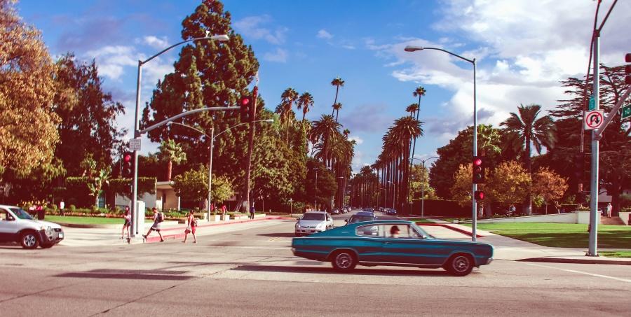 auto, ulice, na semaforu, ljudi, drvo, nebo, prometni znak