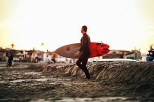 Hombre, el practicar surf, playa, arena, madera de construcción, océano