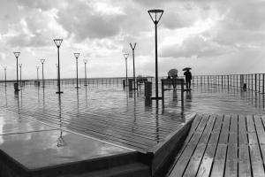 板、雨、フェンス、曇り、通りランプ、人々、傘