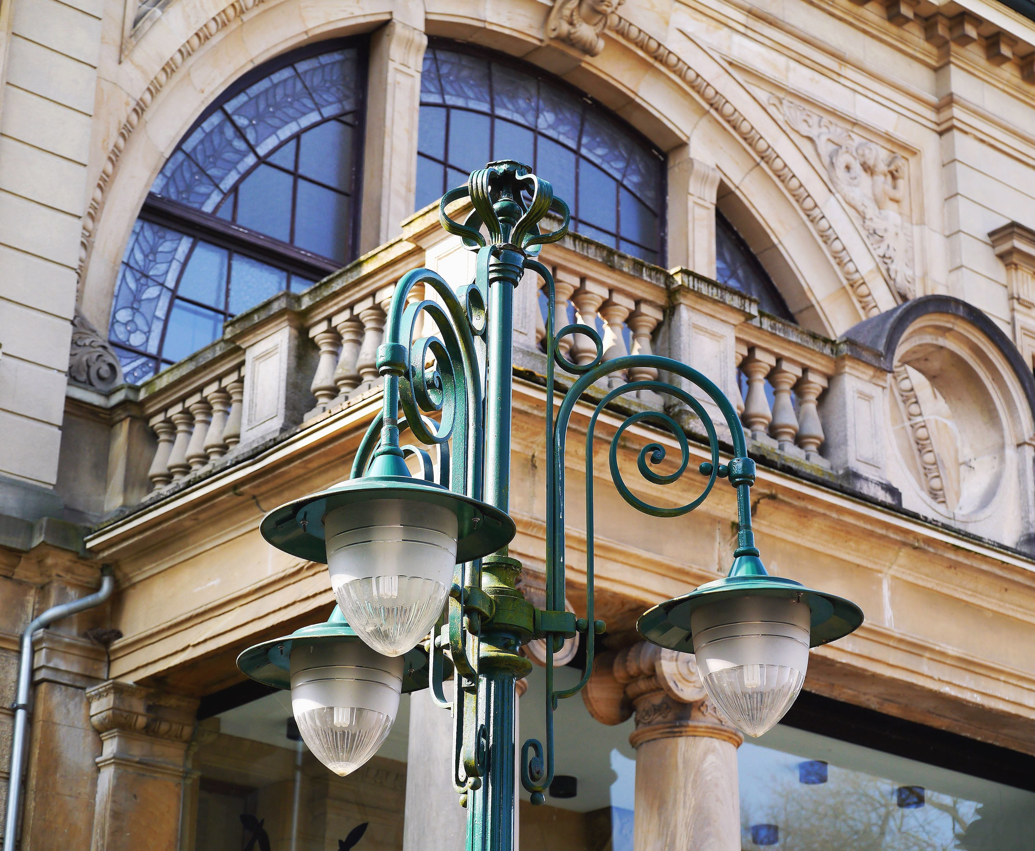 Image libre lampadaire fa ade architecture cl ture for Lampadaire exterieur rue