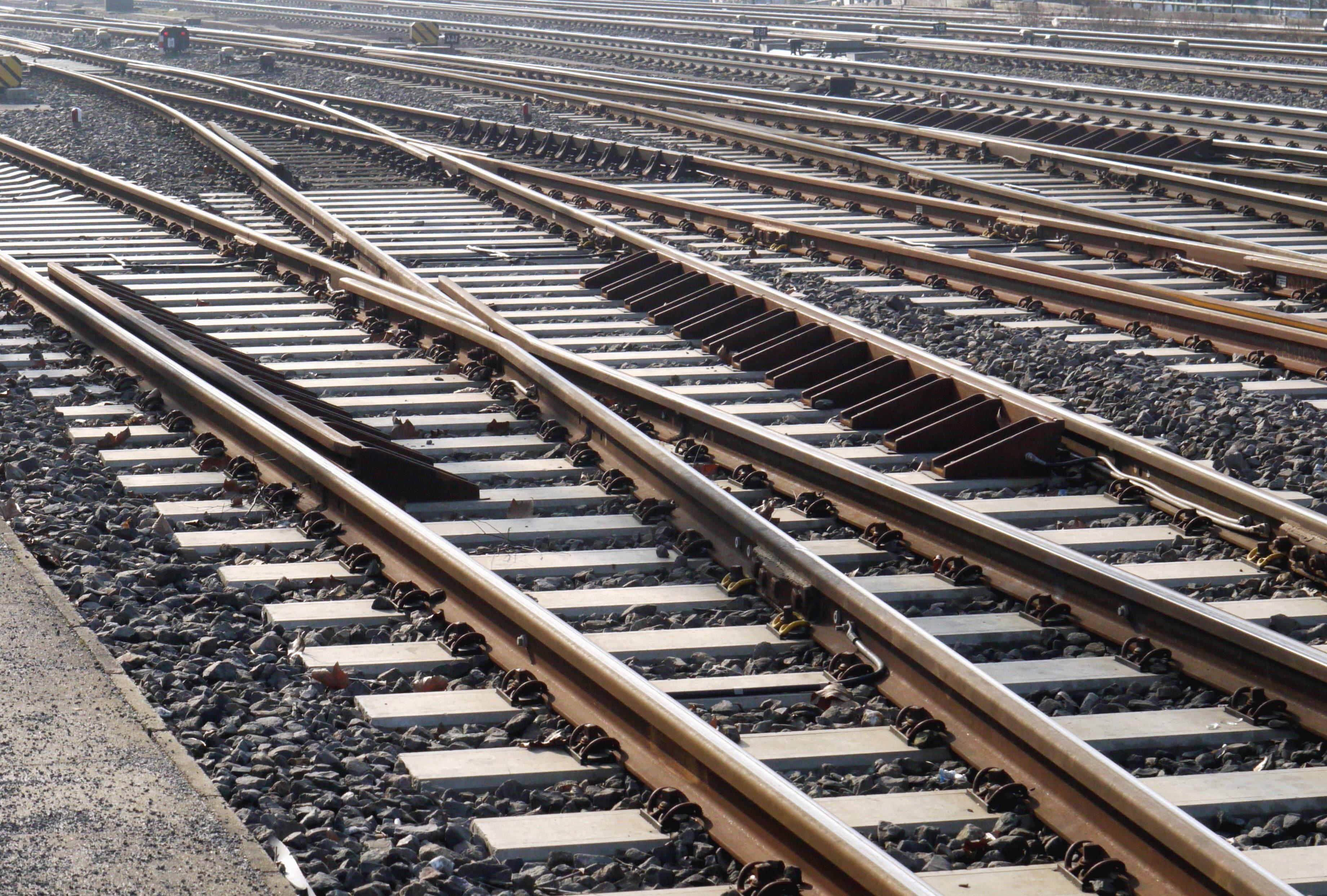 Картинки железной дороги с поездом перроном главным