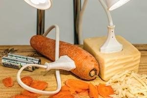 Comida, zanahorias, queso, cable, enchufe, batería, decoración