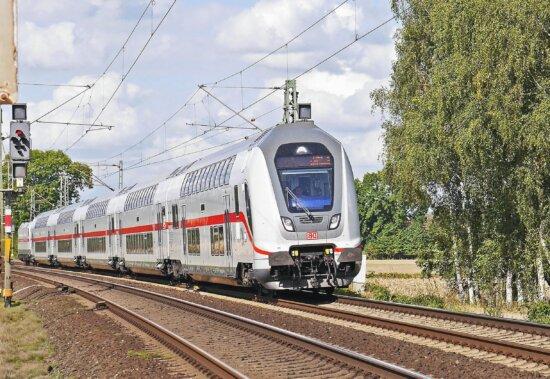 Zug, Lokomotive, Fahrzeug, Transport, Reisende, modern, Eisenbahn
