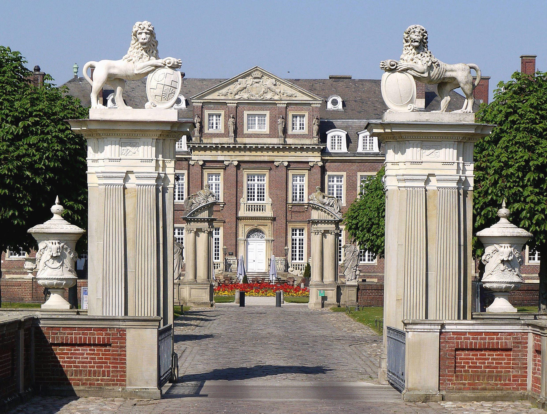 Image libre maison architecture pilier lion figure porte fa ade r sid - Figure libre architecture ...