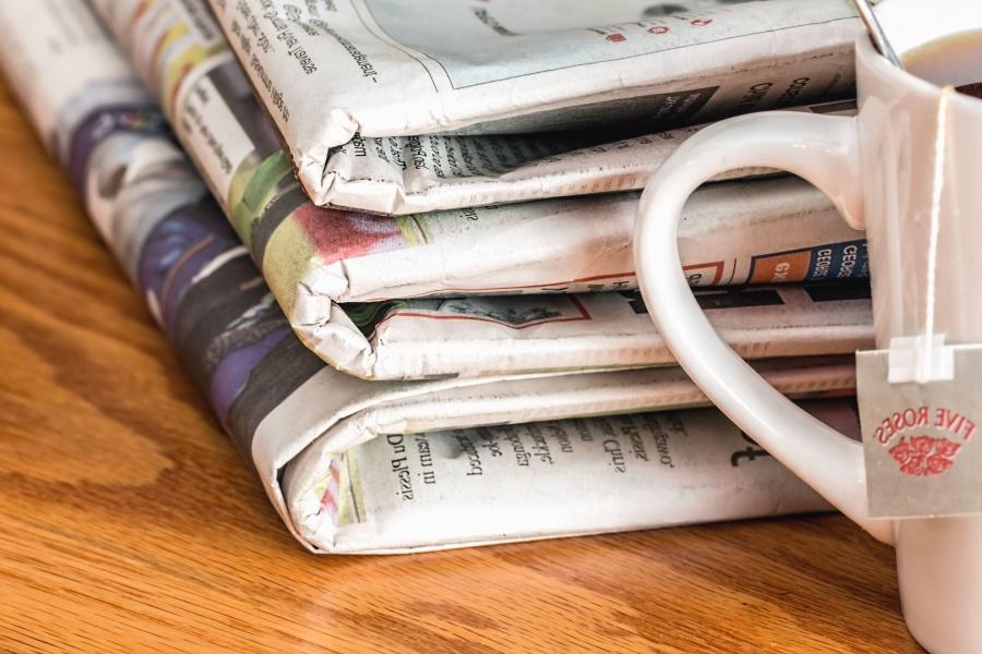 Denná tlač, papier, novinky, šálky, čaj,