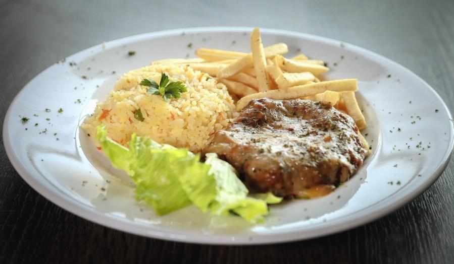 lounas, ateria, levy, ruoka, illallinen, ruokalaji, liha, ranskalaisia perunoita, riisiä, junaan