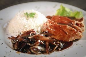 Assiette, sauce, nourriture, plat, plat, viande, riz, salade, décoration, restaurant
