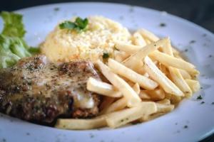 πατάτες, κρέας, πρέζα, σάλτσα, σαλάτα, πιάτο, καρύκευμα, εστιατόριο