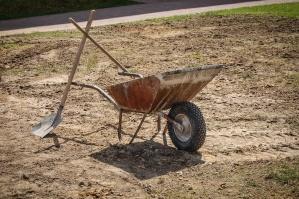 Wózek, łopata, trawy, ziemi i trawy