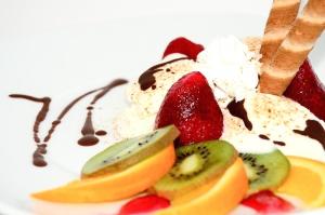 Kiwi, eper, krém, fagylalt, csokoládé, desszert