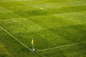 futbalové ihrisko, roh, loptu, vlajky, tráva, šport
